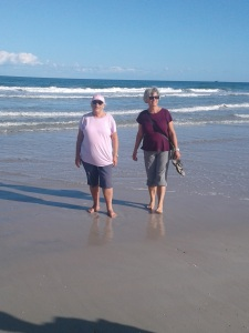Les copines saute la plage de New Smyrna Beach.